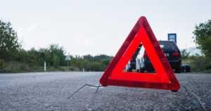 Tielle jääneet autot aiheuttavat vaaratilanteita – tiedätkö varoituskolmion oikean etäisyyden?