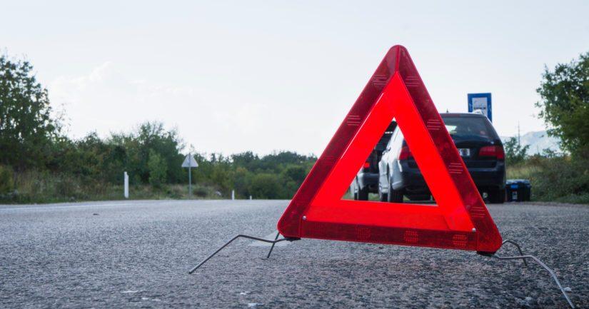 Varoituskolmiota on syytä käyttää myös välittömästi ajoradan ulkopuolelle, kuten esimerkiksi pientareelle pysähtyneen auton vuoksi.