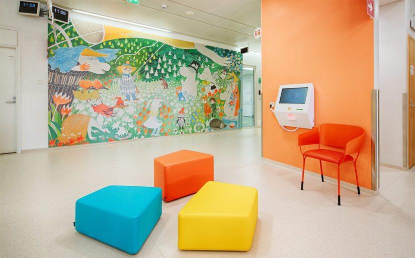 Lasten vastaanotolla näkyy Tove Janssonin Muumitarinoiden maalauksia.
