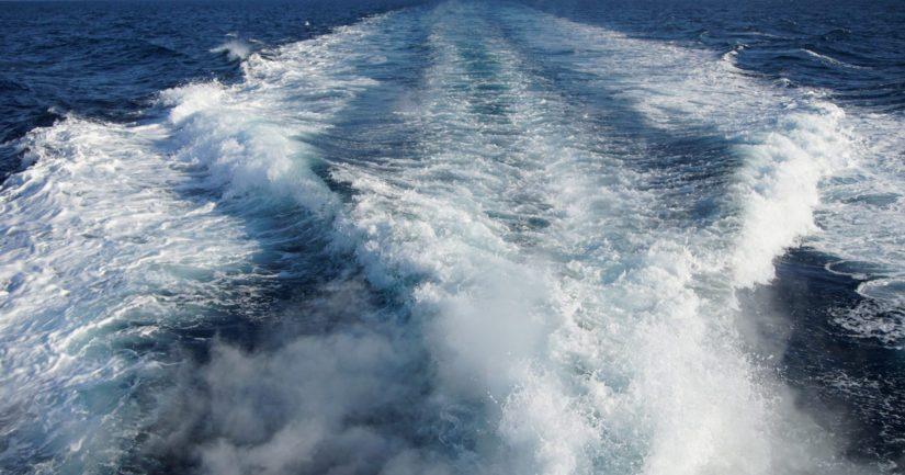 Siviiliveneilijä löysi nopeasti yhden henkilön veden varasta, veneseurueet toivat uhrin rantaan elottomana.