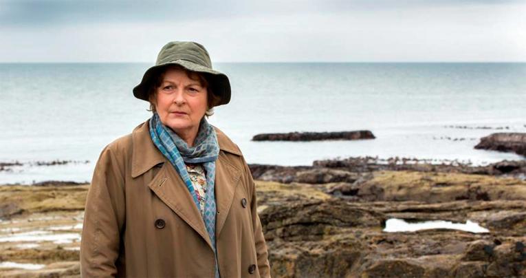Vera Stanhope seikkailee sekä kirjojen sivuilla että televisiosarjassa Brenda Blethynin esittämänä.