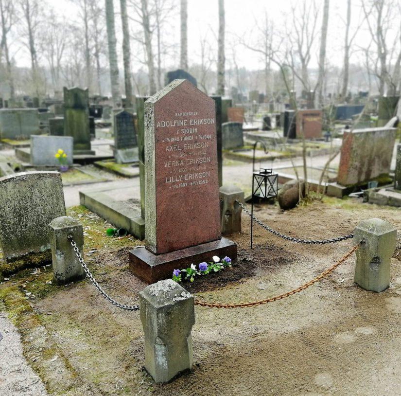 Hautakivi oikaistiin, hauta-alueen kulmissa olevat kivitolpat suoristettiin. Verna Eriksonin hauta on enää viimeistelyä vailla.