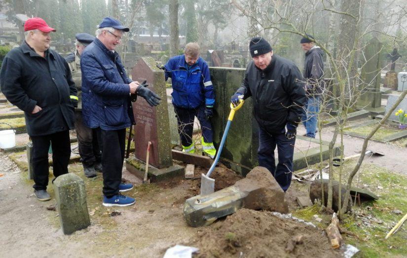 Muun muassa entisistä rauhanturvaajista koostuva talkooryhmä työssään, Ville Kaarnakari lapion varressa oikealla.