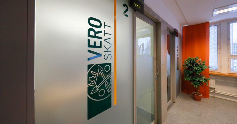 Verohallinto luovuttaa tiedotusvälineille sellaiset verotiedot, joissa Suomeen maksetut ansio- ja pääomatulot ovat yhteensä vähintään 100 000 euroa.