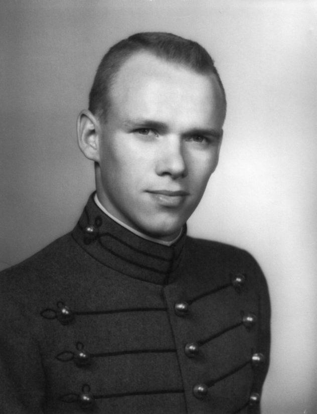 Vesa Alakulppi kävi Yhdysvalloissa West Pointin sotilasakatemian ja hänestä povattiin ensimmäistä suomalaissyntyistä kenraalia.