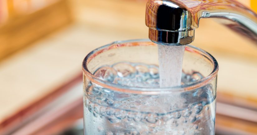 Juotavaksi tai ruoanlaittoon käytettävää vettä kannattaa laskea hanasta, kunnes kylmän veden lämpötila tasaantuu.