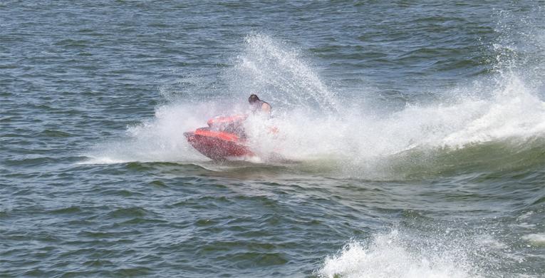 Kuuma kesä on saanut suomalaiset vesille veneillä ja vesijeteillä.