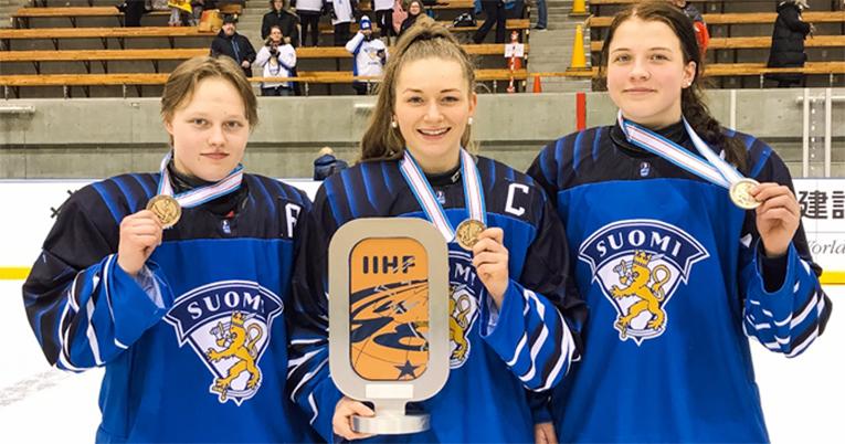 Tyttöleijonien MM-kapteenisto mitalitunnelmissa, vasemmalta Viivi Vainikka, Nelli Laitinen ja Emilia Vesa.
