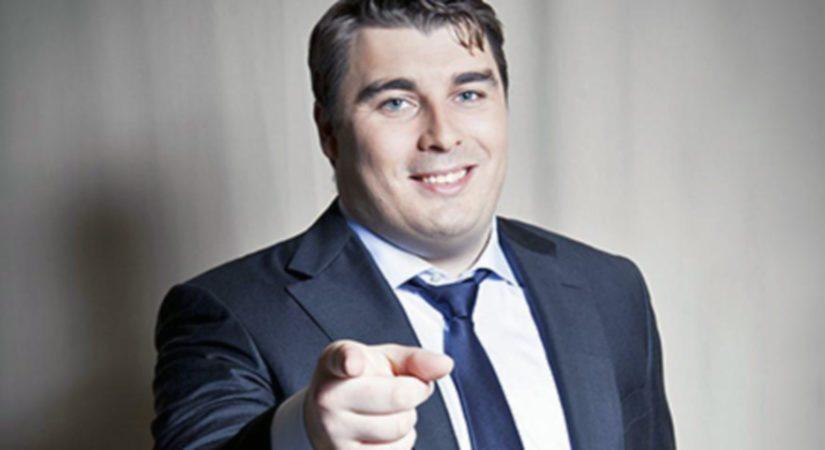 Ville Kuusinen on 27-vuotias Viasatin urheilutoimittaja, jolle selostaminen on nautinto.