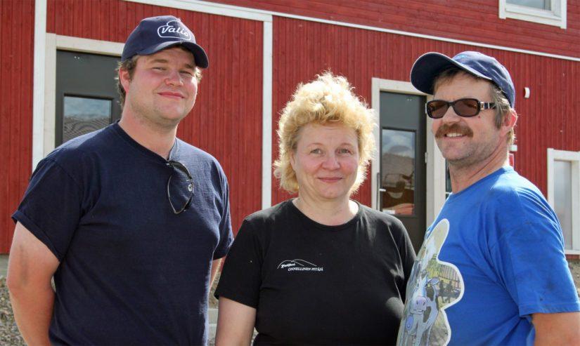 Isäntäpari Merja Kemppainen ja Olavi Oikarinen perustivat maatalousyhtymän yhdessä Ville-poikansa kanssa. – Tällä kokoonpanolla on turvallista rakentaa tulevaisuutta, agrologikolmikko luonnehtii tyytyväisenä.