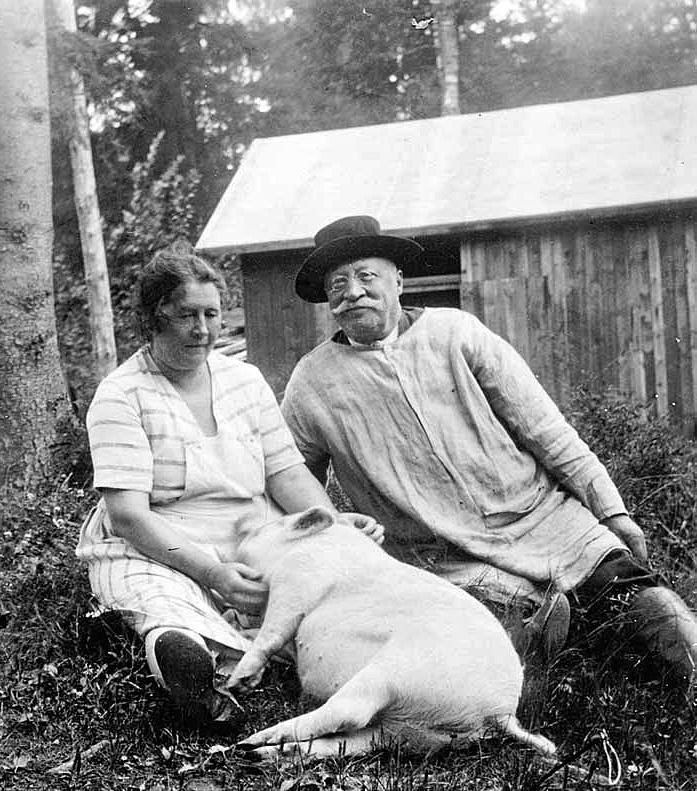 Ville Vallgren vaimonsa Viivi Paarmion sekä leppoisan lemmikkipossunsa seurassa Villa Paarmion pihapiirissä. (Kuva Leppävaara-seura)