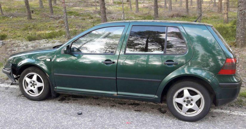 Vihreä Volkswagen Golf -henkilöauto, jollaisesta poliisi pyytää vihjeitä