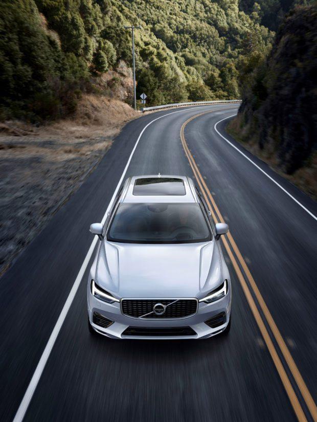 Uudessa XC60:ssa on nyky-Volvojen tunnusmerkiksi nousseet päiväajovalot.