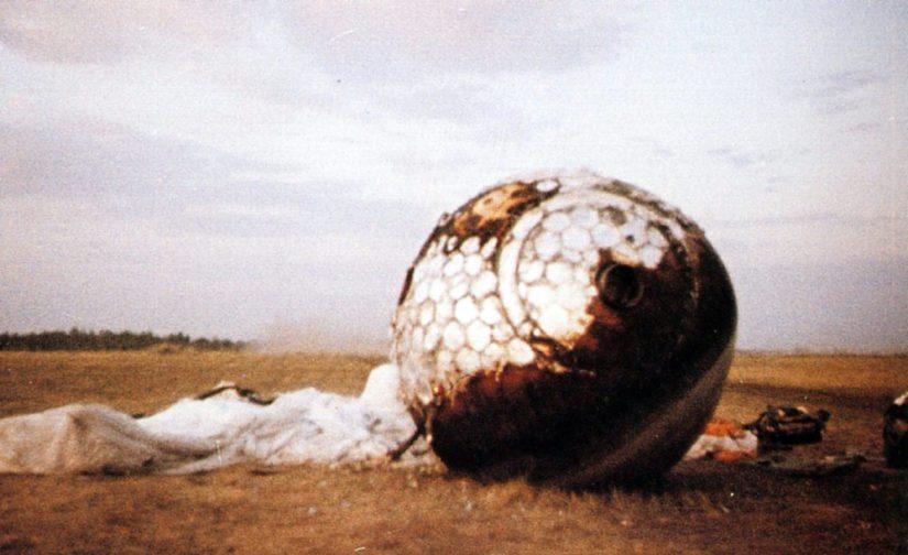 Vostok 1 on palannut maan pinnalle, 108 minuutin avaruuslennon jälkeen.