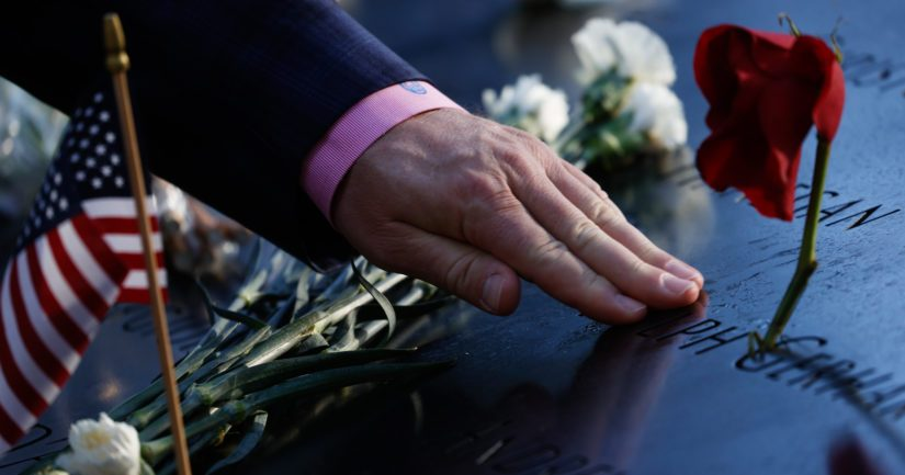 Amerikkalaismies koskettaa omaisensa nimeä uhrien muistomerkillä New Yorkissa.