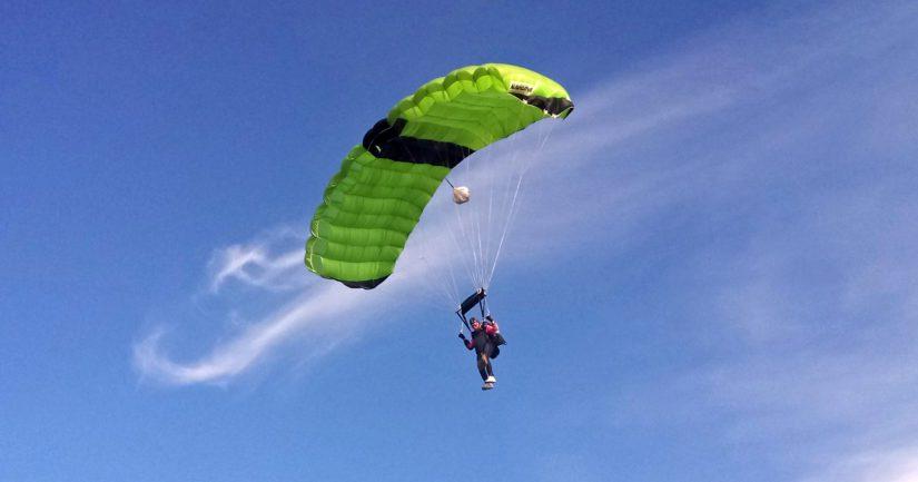 Wexi Korhonen on hypännyt yli 4 000 laskuvarjohyppyä. Tässä 50-vuotisjuhlahyppy.