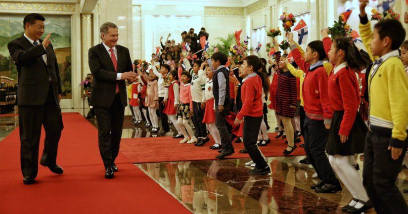 Koululaiset tervehtivät presidenttejä vastaanottoseremonioissa.