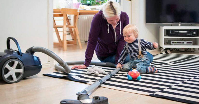 Yksinhuoltajaäidit voivat esimerkiksi päättää jäädä kotiin hoitamaan lapsiaan sen sijaan, että menisivät pienipalkkaisiin töihin.