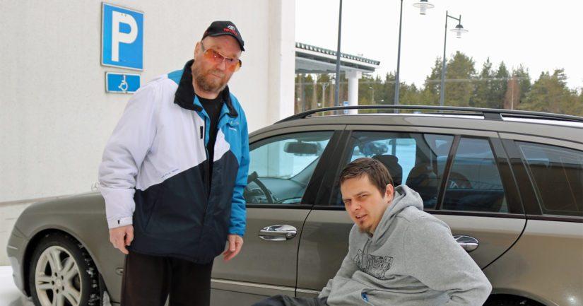Jani Palola ja Veijo Isotalo ovat tyytyväisiä, että esimerkiksi isojen ostoskeskusten yhteydessä olevat esteettömät autopaikat on sijoitettu lähelle sisäänkäyntiä.