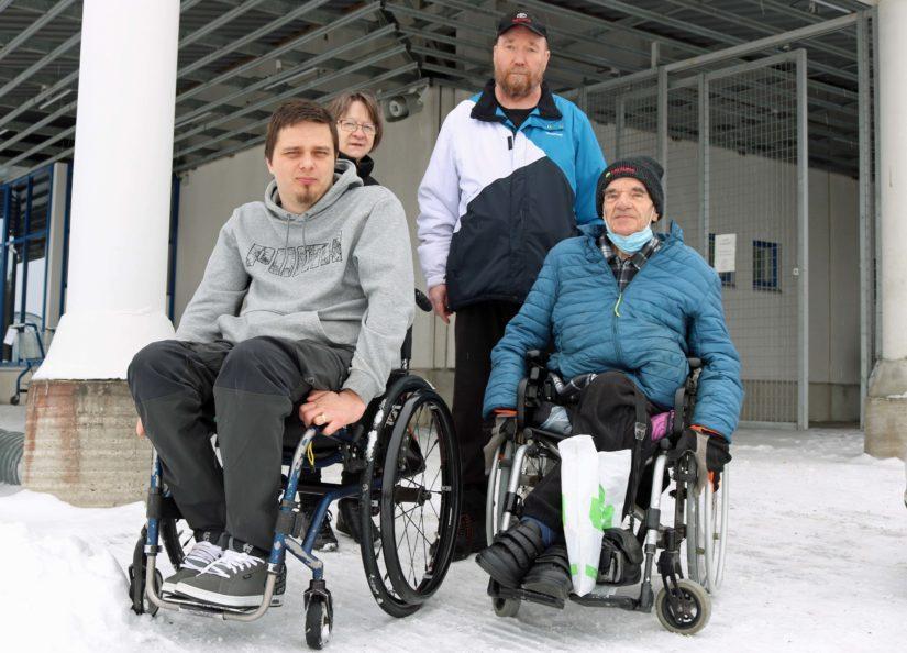 Ylivieskan invalidiyhdistyksen edustajat, puheenjohtaja Jani Palola ja varapuheenjohtaja Aarni Luhtala (edessä) sekä entinen puheenjohtaja Veijo Isotalo ja sihteeri Aino Logren-Isotalo tekevät paljon töitä esteettömän liikkumisen puolesta.