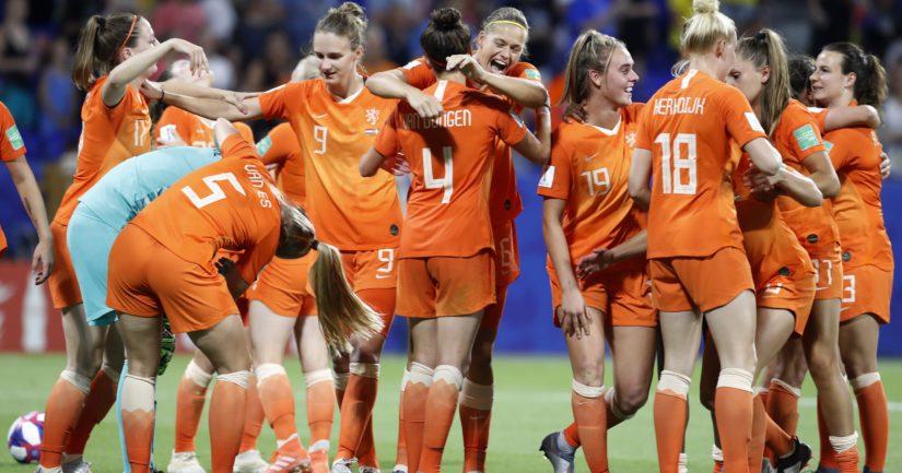 Hollanti juhlii jalkapallon MM-finaalipaikkaa