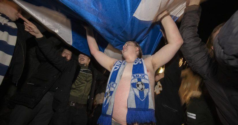 Suomalaiset juhlivat jalkapallon EM-kisapaikkaa.