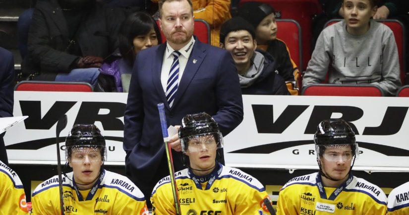 Pekka Kangasalusta valmentaa Jukureita.