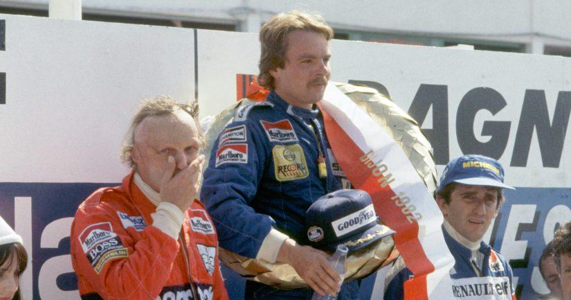 Keke Rosberg saavutti ensimmäisen F1-voittonsa Ranskan Dijonissa 1982. Vierellä palkintopallilla F1-legendat Niki Lauda ja Alain Prost.