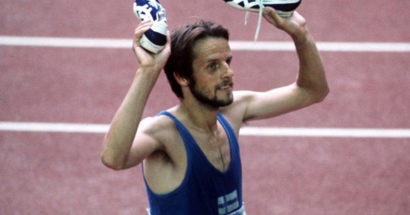Lasse Viren nosti Montrealin olympiakisojen 10 000 metrin kultamitalinsa kunniaksi piikkarinsa ilmaan.