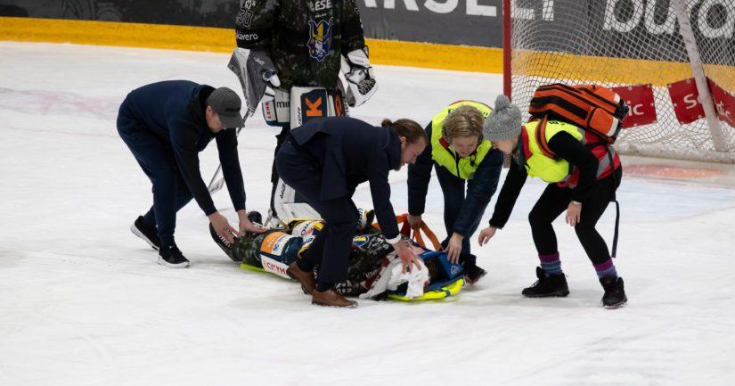 Hoitohenkilökunta antaa apua Patrik Puistolalle.
