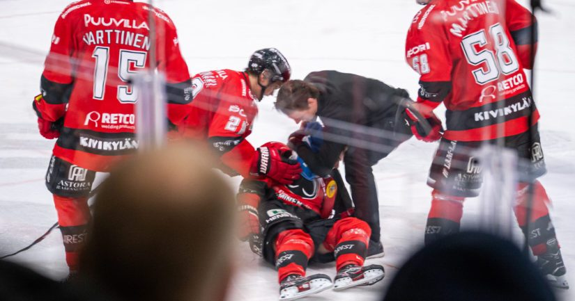 Ässien Otto Kivenmäki loukkaantui vakavasti Lukon David Nemecekin törkytaklauksessa.