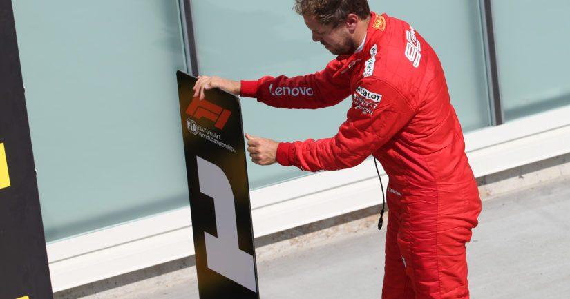 Kanadan GP:n voittonsa rangaistuksensa takia menettänyt Sebastian Vettel kävi siirtämässä numero 1-kyltin pois Lewis Hamilton auton edestä ja vaihtoi tilalle 2-kyltin.
