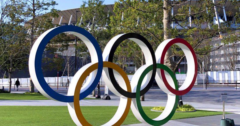 Olympiarenkaat Tokion olympiastadionin edessä